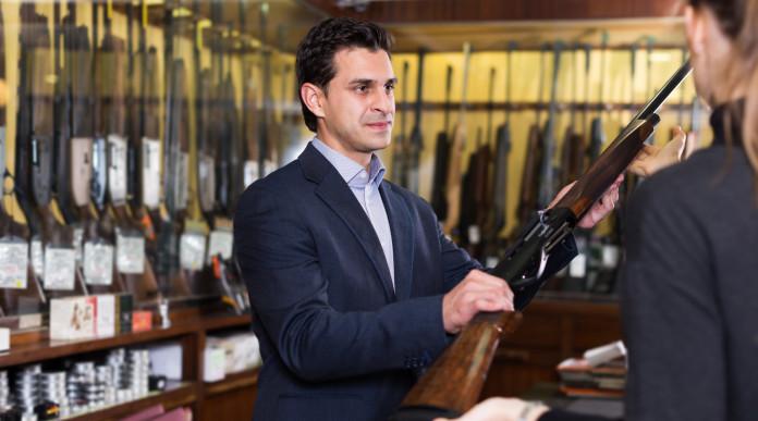 Sanzioni penali per gli armaioli: armaiolo vende fucile a ragazza