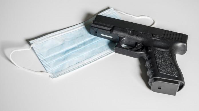 Armi in ospedale: pistola e mascherina