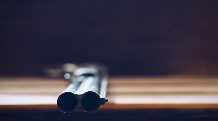 Furto di armi e incauta custodia: sovrapposto da caccia su tavolo di legno