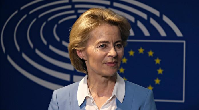 Iva sul materiale da difesa: Ursula von der Leyen davanti all'immagine del parlamento europeo