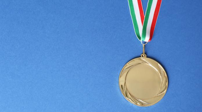 Campionati italiani di tiro a segno: medaglia d'oro con bandiera italiana, fondo azzurro