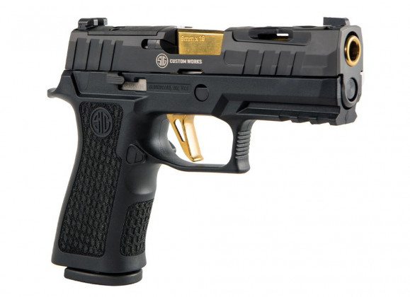 vista frontale di tre quarti della pistola compatta custom Sig Custom Spectre P320 XCarry Series